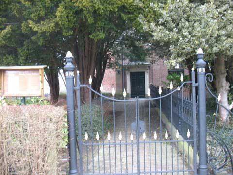 De hoofdtoegang met hek van 1883.